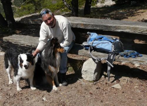 Beat Samuel Fey mit seinen beiden Hunden
